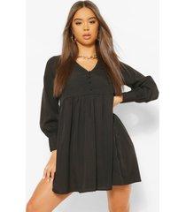 gesmokte jurk met v-hals en knoop, zwart
