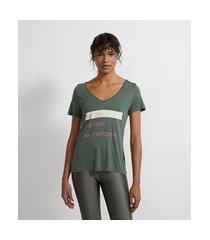 camiseta manga curta em viscose estampada em lettering we rise we heal we overcome | get over | verde | m