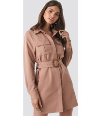 na-kd trend belted straight fit shirt dress - pink