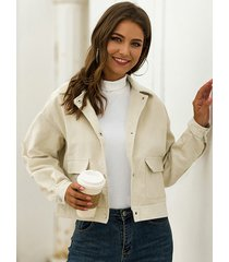 chaqueta beige de manga larga con dos bolsillos grandes y cuello de solapa
