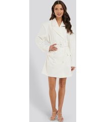 na-kd classic wide shoulder belted blazer dress - white