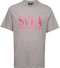 svea unisex over d logo tee t-shirts short-sleeved grå svea