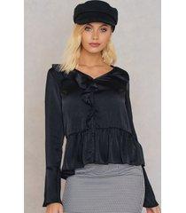 andrea hedenstedt x na-kd v-neck flounce blouse - black