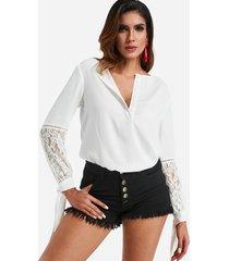 blusa blanca con aplicación de encaje y puños anudados