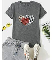 camiseta de manga corta con estampado de leopardo y cuadros corazón cuello