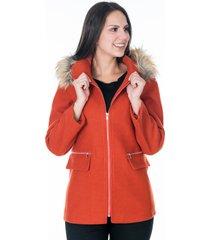 abrigo naranja con capota de peluche y cremalleras plateadas