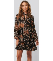 na-kd boho tie neck flowy mini dress - brown