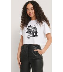 na-kd trend croppad t-shirt med tryck - white