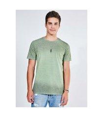 camiseta verde com acabamento em spray