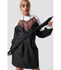 na-kd tie waist hooded dress - multicolor