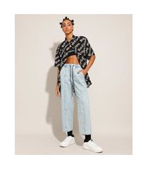 calça baggy jeans marmorizada com recorte e bordado cintura super alta baw clothing azul claro