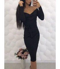 midi negro con hombros descubiertos y escote en pico delantero vestido