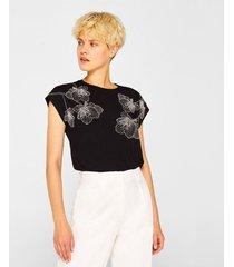 camiseta con bordado de flores