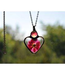 suszone kwiaty, naszyjnik w kształcie serca.