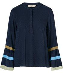 blus neaveahcr shirt