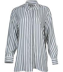 back and white big sisea shirt