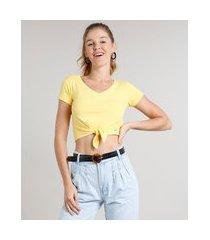 camiseta feminina cropped canelada com nó manga curta decote v amarelo