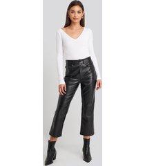 na-kd trend flared cropped pu pants - black