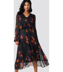 na-kd boho long sleeve flounce midi dress - black