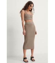 na-kd trend ribbstickad kjol - brown