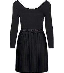 logo waistband pleated dress dresses everyday dresses svart calvin klein jeans