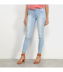 calça jeans skinny colcci cory delavê estonada puídos cintura média feminina