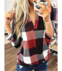 blusa con dobladillo redondeado y cuello en v a cuadros en color rojo