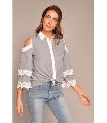 camisa hombros descubiertos líneas verticales