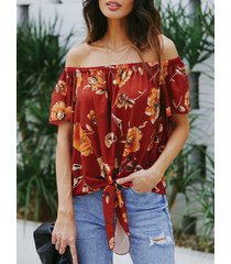 blusa con hombros descubiertos y estampado floral con tira elástica roja