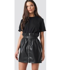 linn ahlborg x na-kd pu leather skirt - black