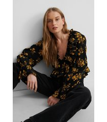 na-kd blus med volanger - yellow