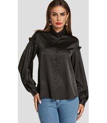 blusa con ribete de volantes y cuello general en negro