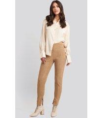 na-kd faux suede zip detail pants - beige