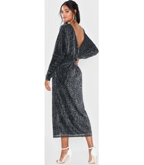 nly eve twisted back pleated dress loose fit