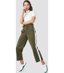 astrid olsen x na-kd side stripe pants - green