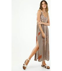 vestido de mujer, silueta fluida con estampado maxi floral