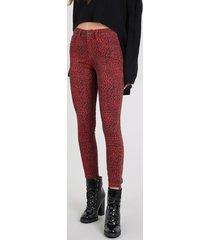 calça de sarja feminina cigarrete estampada animal print vermelha