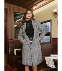 abrigo de tartán gris con botones y cuello de muesca