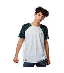 camiseta raglan com manga estampada geometric azul