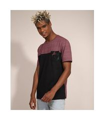 camiseta masculina manga curta com recorte e bolso estampado gola careca vinho
