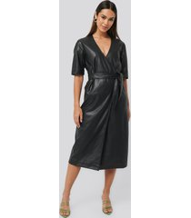 na-kd trend soft pu overlap midi dress - black