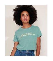 "t-shirt feminina mindset life's too short"" manga curta decote redondo verde"""