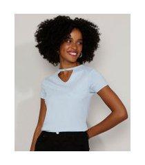 camiseta feminina básica choker com pérolas manga curta azul claro