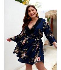 plus talla azul marino cinturón diseño cuello en v con estampado floral vestido