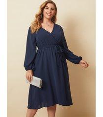 vestido midi de manga larga con cuello en v y diseño de cinturón azul marino de talla grande