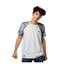 camiseta raglan estampa penas color