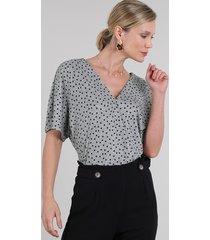 blusa feminina canelada transpassada estampada de poá manga curta decote v cinza mescla