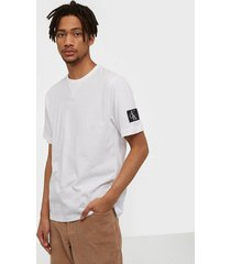 calvin klein jeans monogram sleeve badge reg tee t-shirts & linnen white