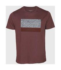 camiseta aramis estampada marrom