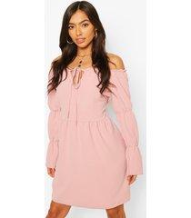 gesmokte jurk met gelaagde mouwen en blote schouder, rose
